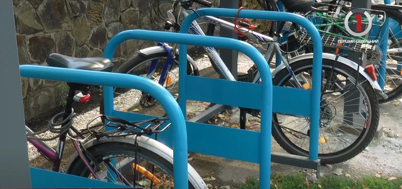 Перші криті: в Ужгороді облаштували сучасні велопарковки (ВІДЕО)