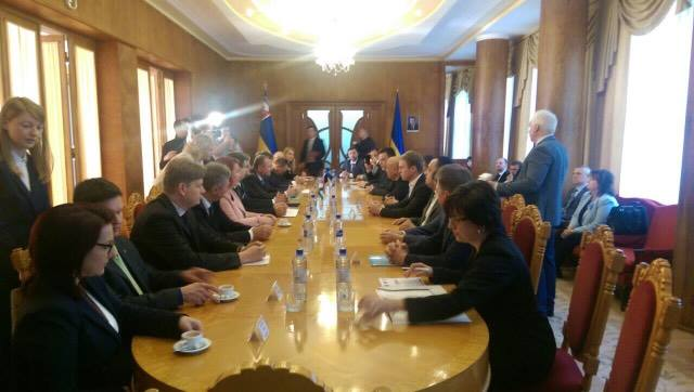 Дипломати ЄС та губернатори п'яти областей України зустрілися в Ужгороді