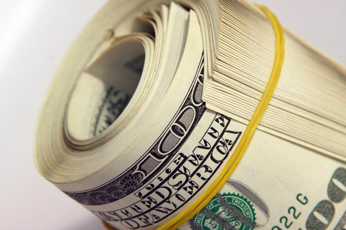 Чи перетне долар психологічну позначку: економісти озвучили прогнози