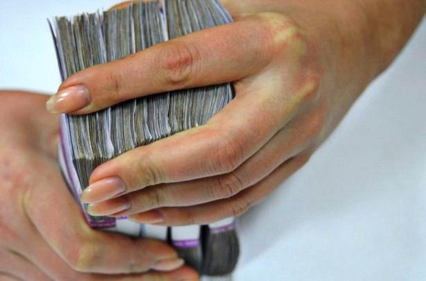 Українці масово стали забирати гроші з банків