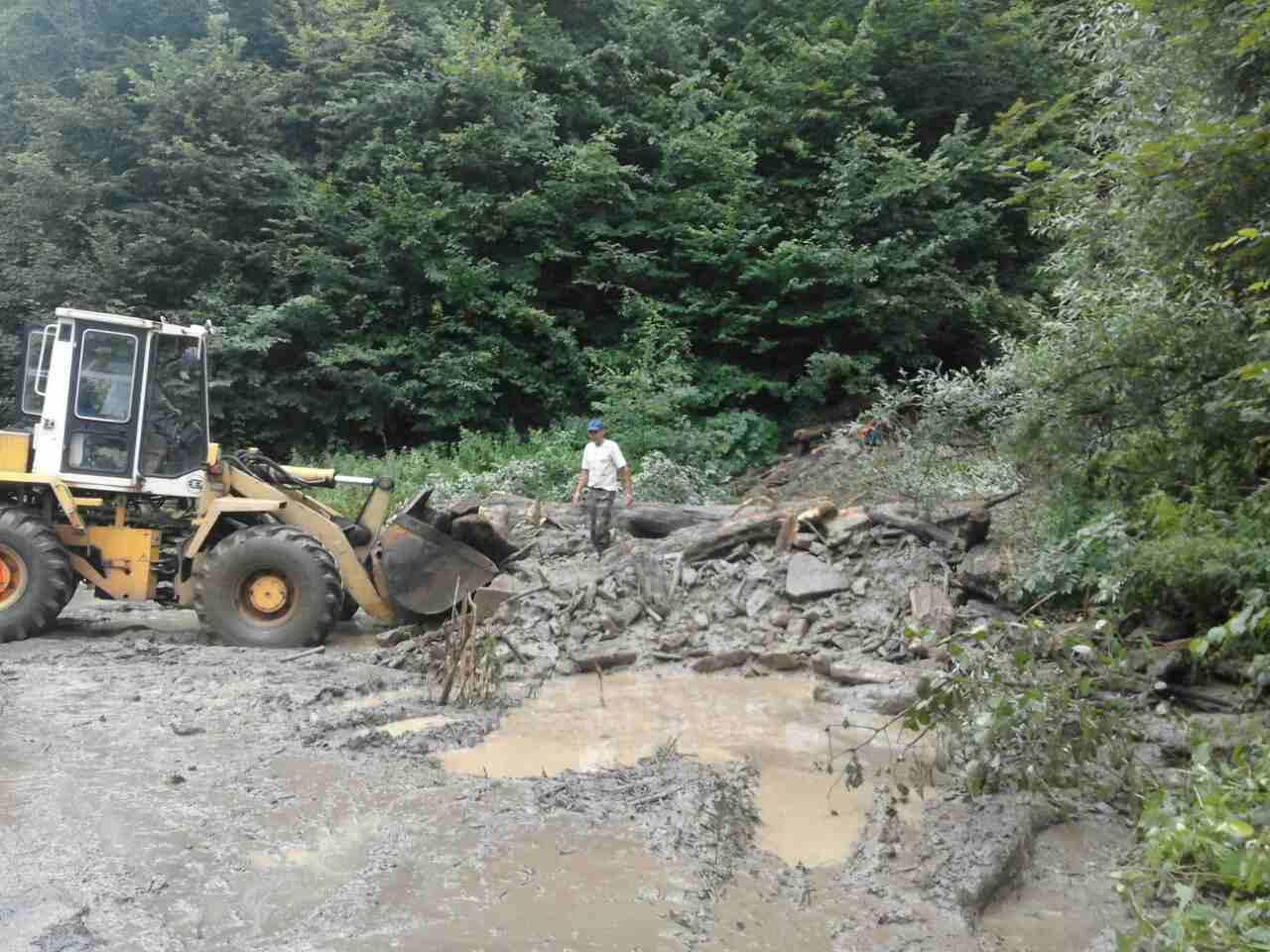 На дорозі Хуст-Долина в межах села Н. Бистрий триває ліквідація наслідків селевого потоку