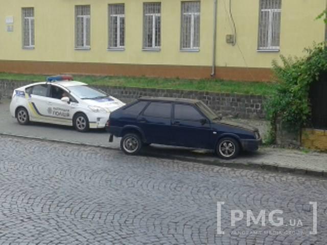 У Мукачеві «дев'ятка» влетіла в огорожу: водій з місця ДТП втік, кинувши розтрощений автомобіль (ФОТО)