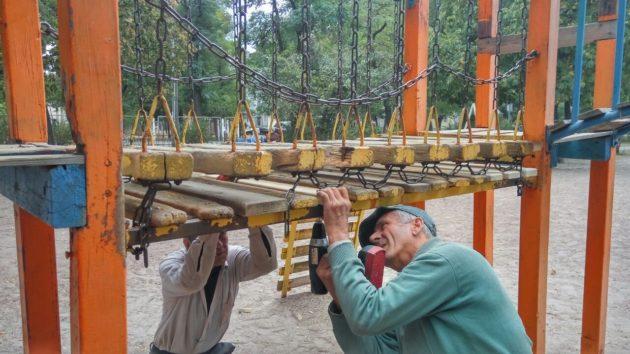 В Ужгороді ремонтують дитячі майданчики