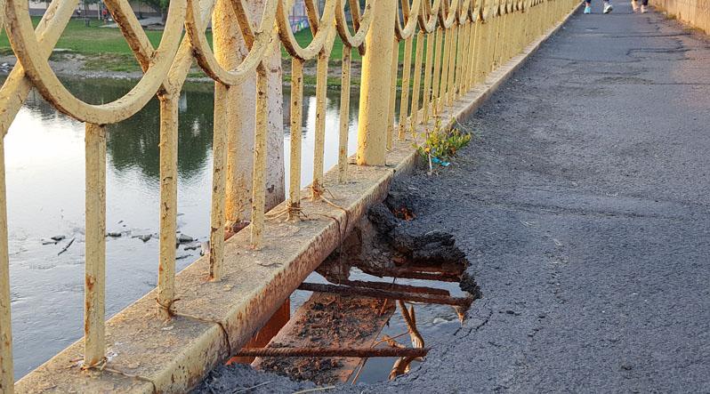 На мосту в Мукачеві з'явилася прірва