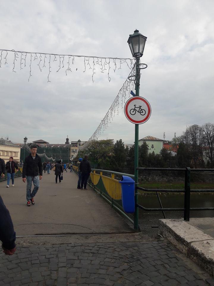 На пішохідному мості в Ужгороді встановили нові дорожні знаки для велосипедистів