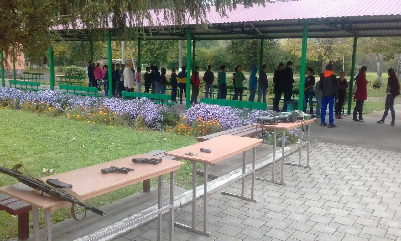 Напередодні Дня Захисника України  персоналом відділу «Великий Березний»з учнями місцевої школи-інтернату  було проведено «військове» заняття