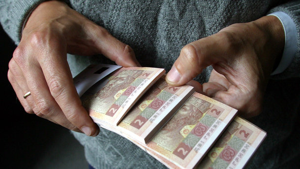 В той час коли мінімальна пенсія в Україні складає 1312 грн, а мінімальна зарплата 3200 грн чиновники Нафтогазу отримують баснословні зарплати і премії