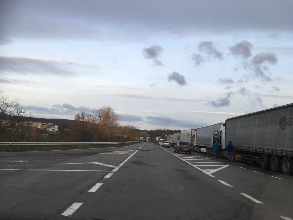 На українсько-словацькому кордоні з самого рана кілометрові черги
