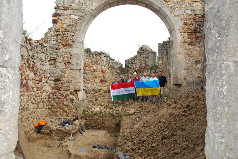Археологи УжНУ цього року знову проводили розкопки середньовічного костелу в Мужієві