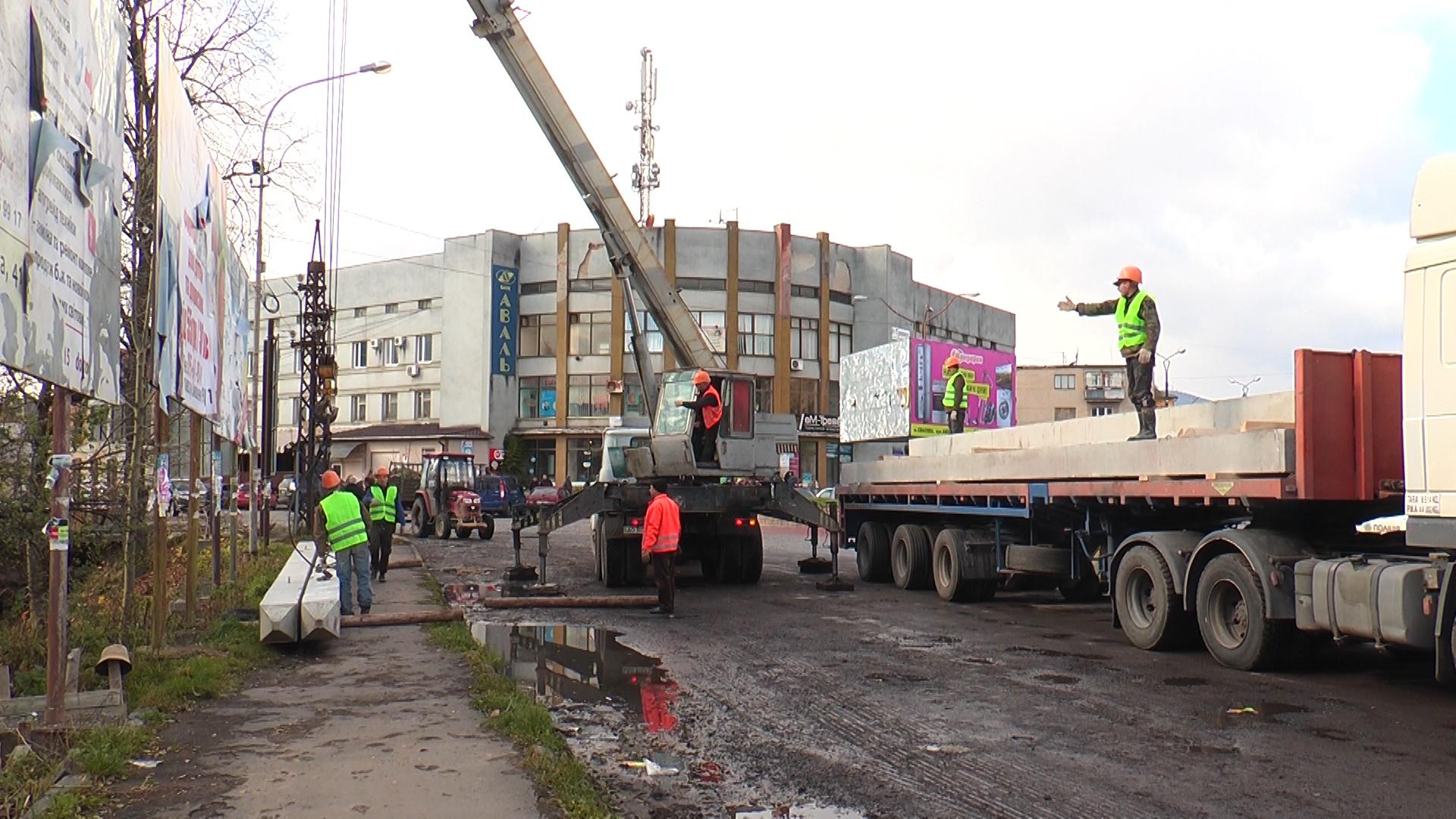 Аварійний міст у Сваляві нарешті демонтують (ВІДЕО)