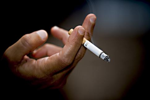 Закарпатці почали менше курити