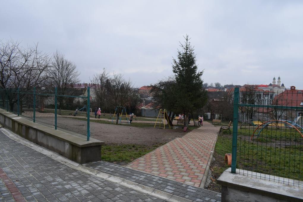 Подвір'я школи №1 І-ІІ ст. на вул. Високій в Ужгороді вимостили бруківкою