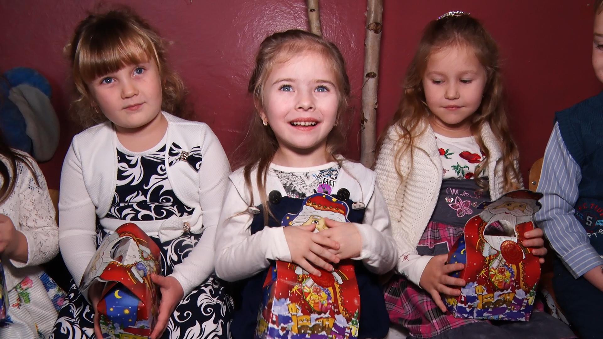 Закарпатські дітлахи дочекалися найбажанішого дня у році (ФОТО)