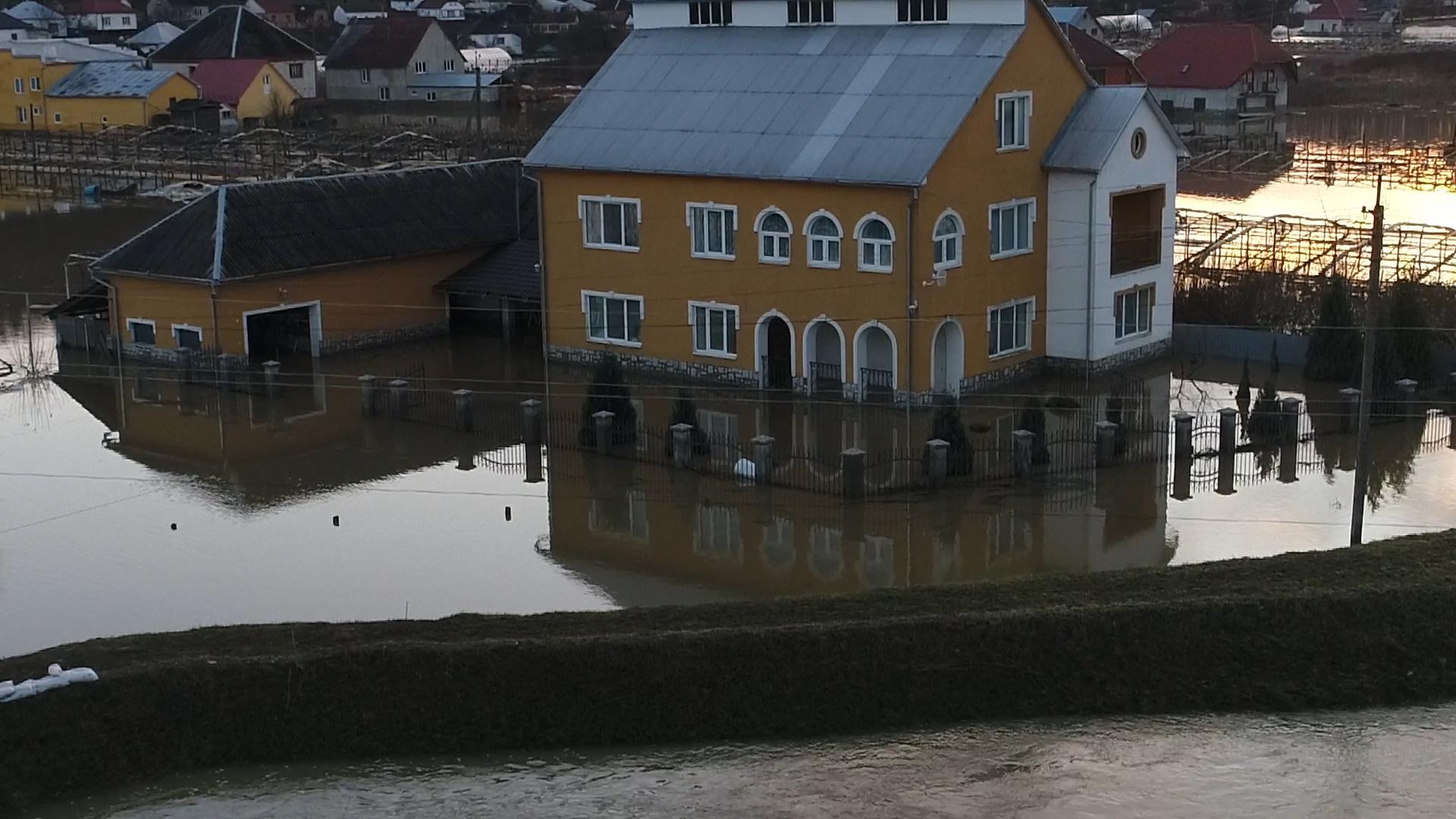 Паводок у Вільхівці: вода ринула на ту частину села, яку, вважали паводок не зачепить