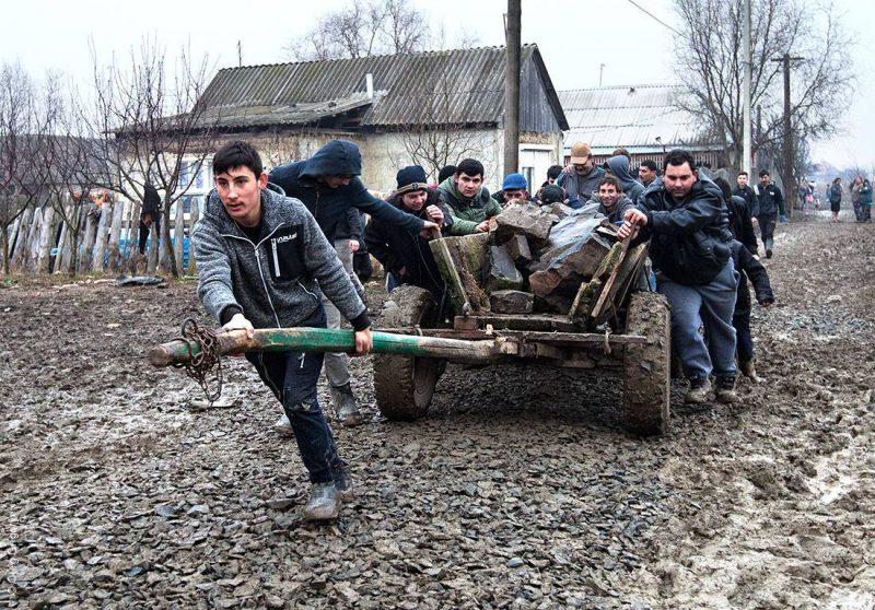 Як роми на Закарпатті вирішують проблеми бездоріжжя (фото)