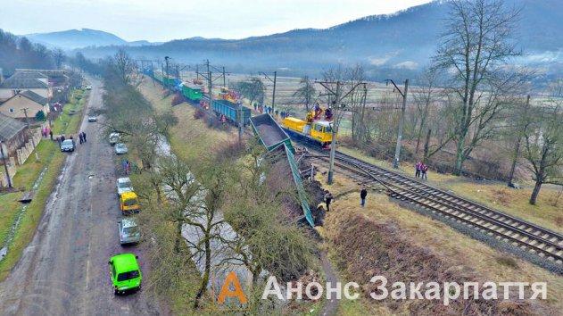 В закарпатському селі Сіль з колії з'їхав вантажний потяг