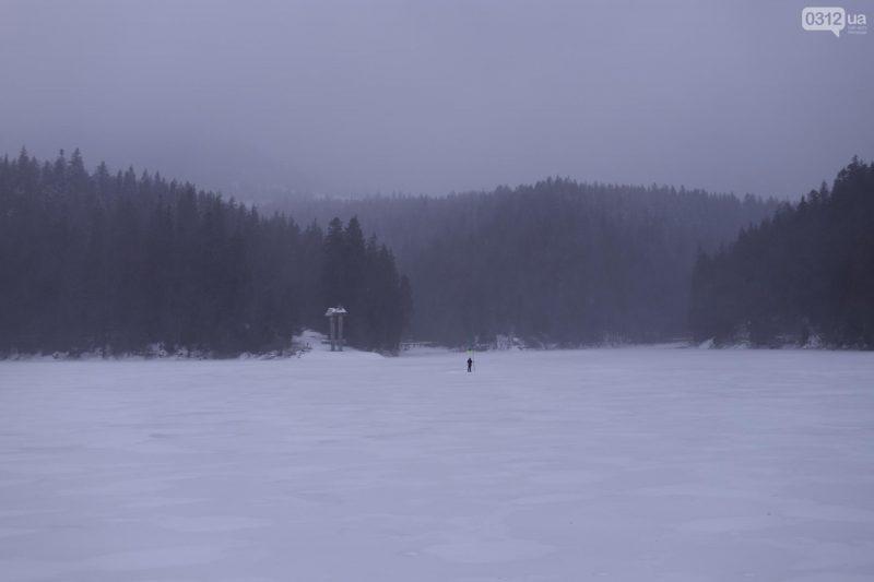 Озеро Синевир приваблює туристів навіть взимку