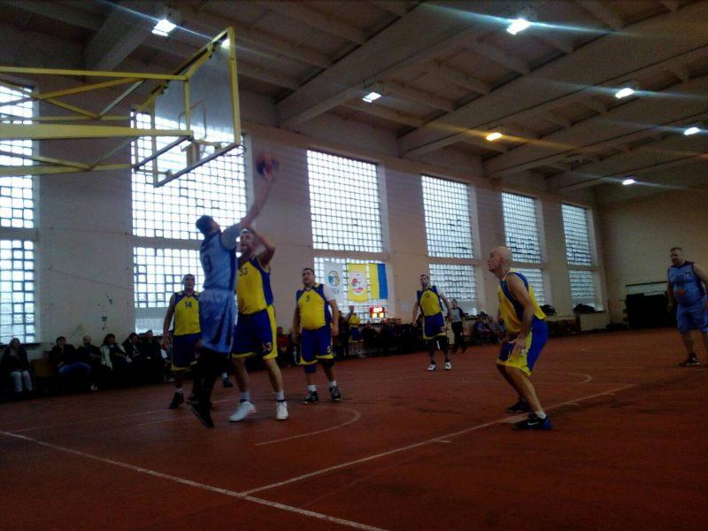 У Мукачеві ветерани змагаються на баскетбольному Різдвяному турнірі (ФОТО)