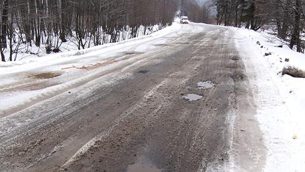 Пекло для шин: вибоїни на дорогах у смт. Усть-Чорна (ВІДЕО)