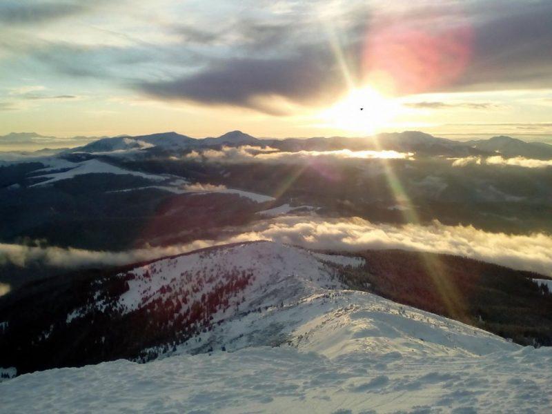 Зима у високогір'ї: закарпатський рятувальник робить дивовижні фото українських Карпат