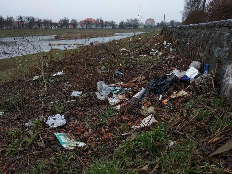 Річка Латориця перетворилася у море сміття (ФОТО)