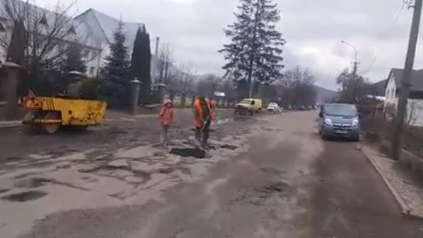 Як відбувається ямковий ремонт дороги на Міжгірщині