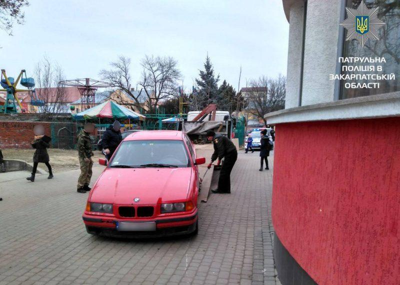 В Мукачеві евакуювали кілька автівок (ФОТО)