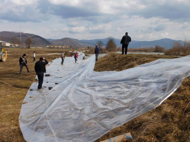 На Виноградівщині тривають аварійно невідкладні роботи по укріпленню дамби