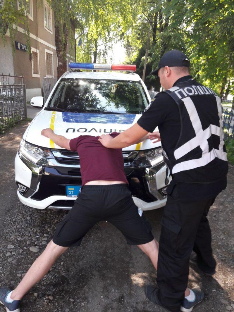 Зупинивши на Тячівщині порушника правил дорожнього руху, поліцейські знайшли у нього марихуану (ФОТО)