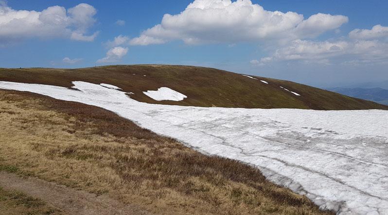 На горах Закарпаття і досі лежать гектари снігу