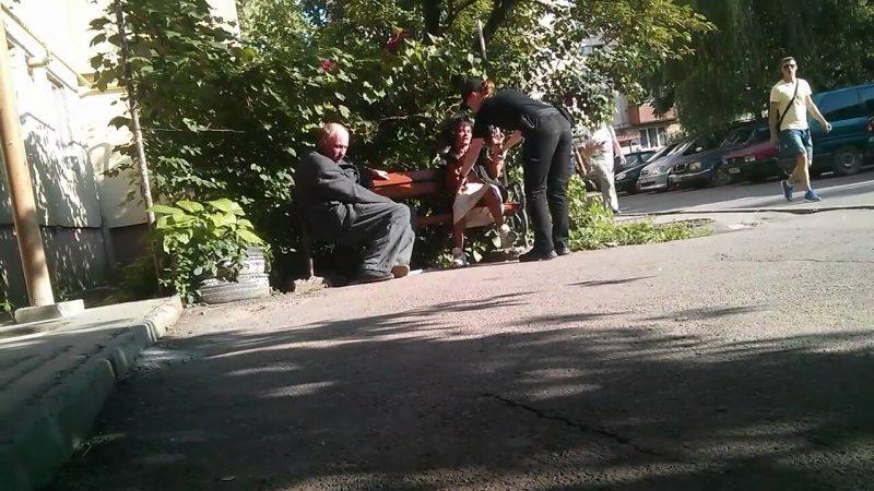 Неадекватна поведінка п'яної жінки в Ужгороді поблизу дитячого майданчика
