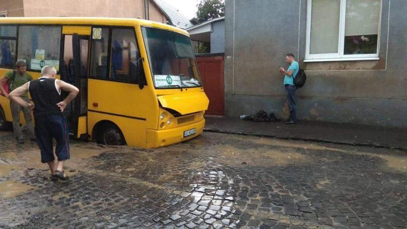 Як у Мукачеві автобус провалився