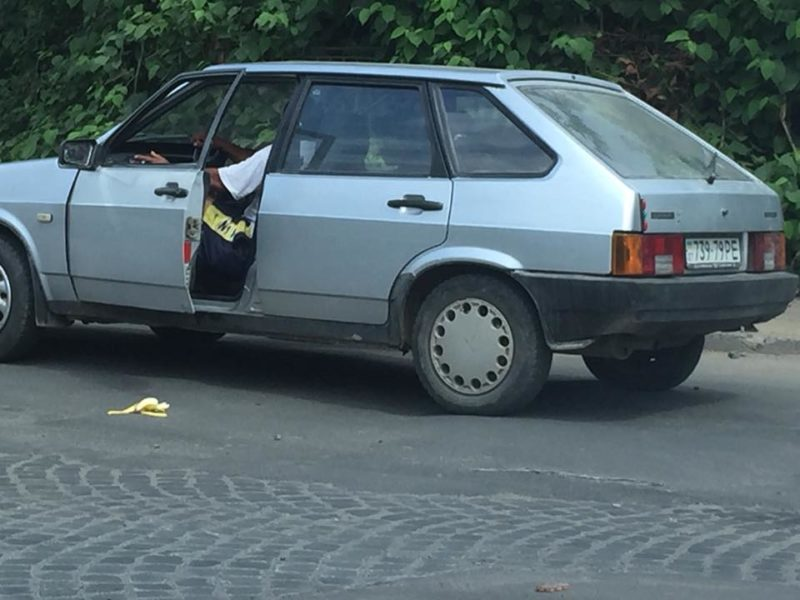 Фотофакт! На Свалявщині водій насмітив прямо на переїзді (ФОТО)