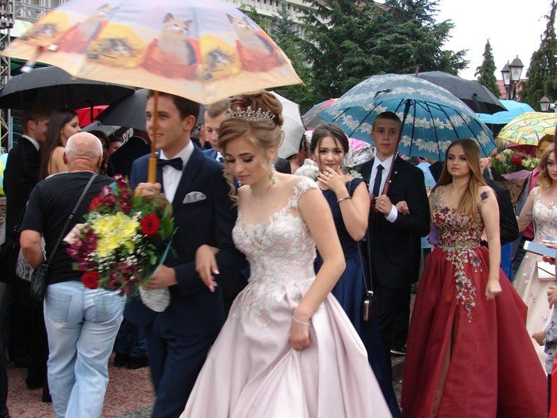 У Хусті з посмішками й під дощем відгуляли грандіозний бал випускників (ФОТО)