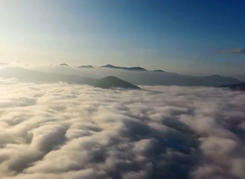 Хмари під ногами, ніби море – лісівники відзняли неймовірне відео у Карпатах (відео)
