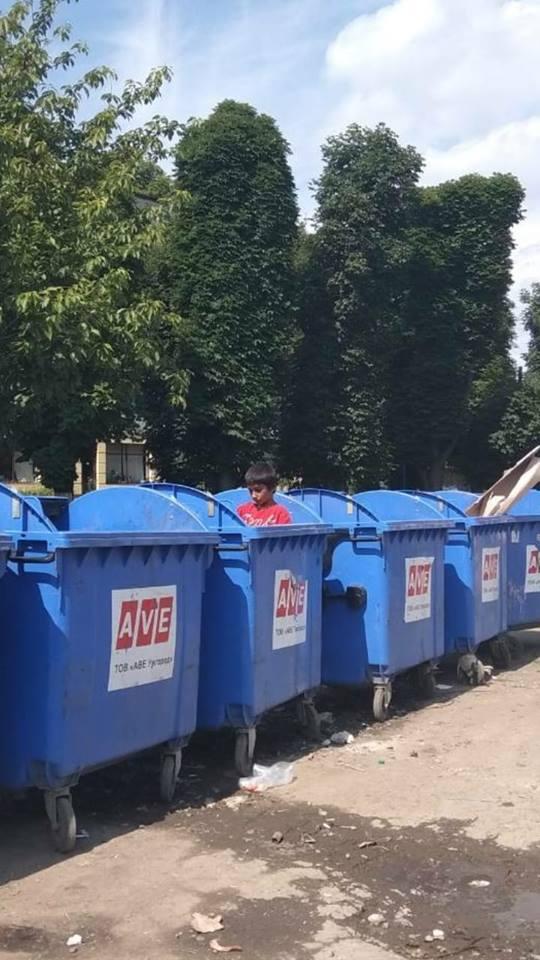 """Ужгородські роми полюбляють гратися в контейнерах """"AVE"""""""