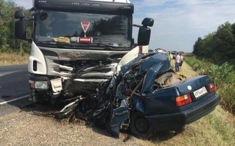 Вантажівка розчавила легковик у страшній ДТП: є постраждалі