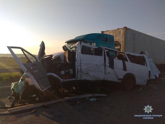 Переповнений автобус влетів у припарковану фуру:  5 пасажирів загинуло(ФОТО)