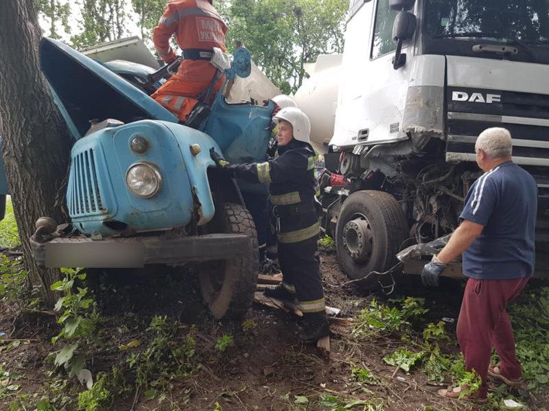 На трасі «Київ-Чоп» зіткнулась вантажівка з бензовозом (ФОТО)