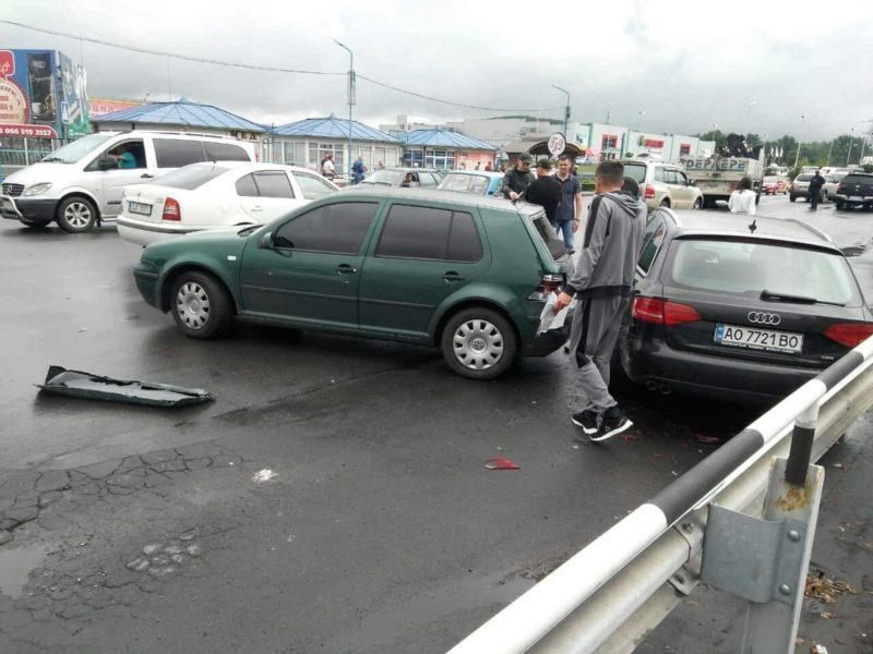 """У Мукачеві біля ринку """"ГІД"""" через перестрілку два авто потрапили в ДТП (ФОТО)"""