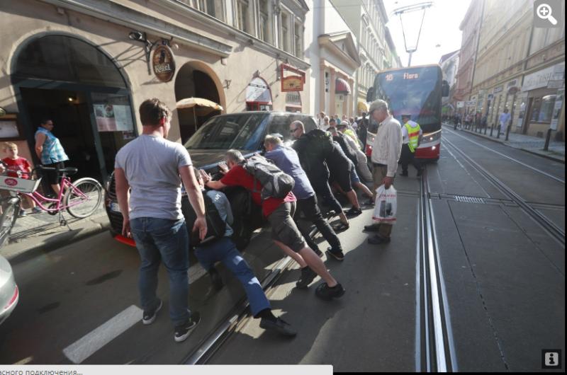В столиці Чехії авто з українськими номерами заблокувало трамвай
