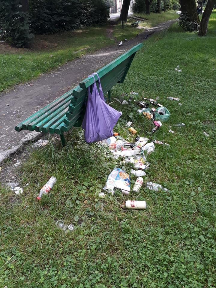 Рахів потопає у смітті