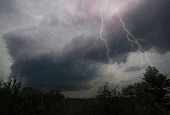 В найближчі години на Закарпатті пройдуть грози і сильні зливи