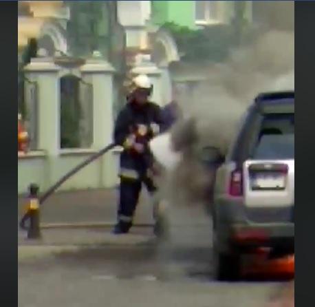 В центрі Хуста загорівся автомобіль (ВІДЕО)