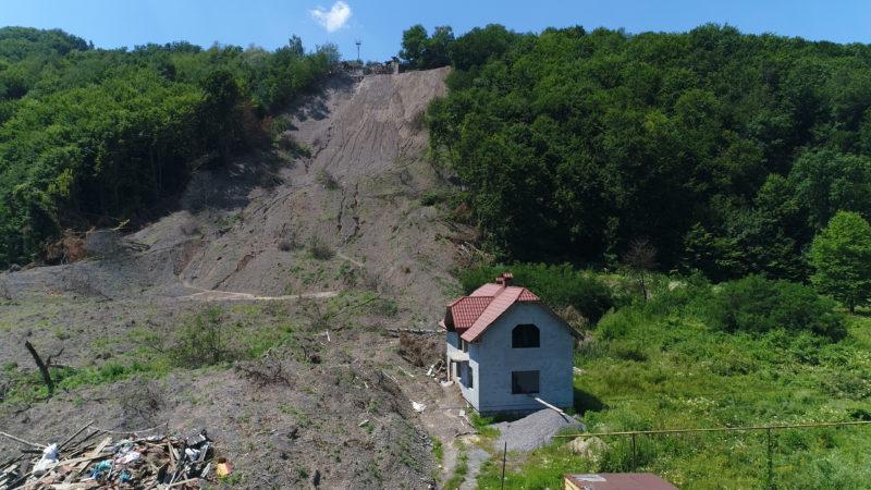 Сім'ї, що постраждали внаслідок зсуву в Кольчині на Мукачівщині досі без житла