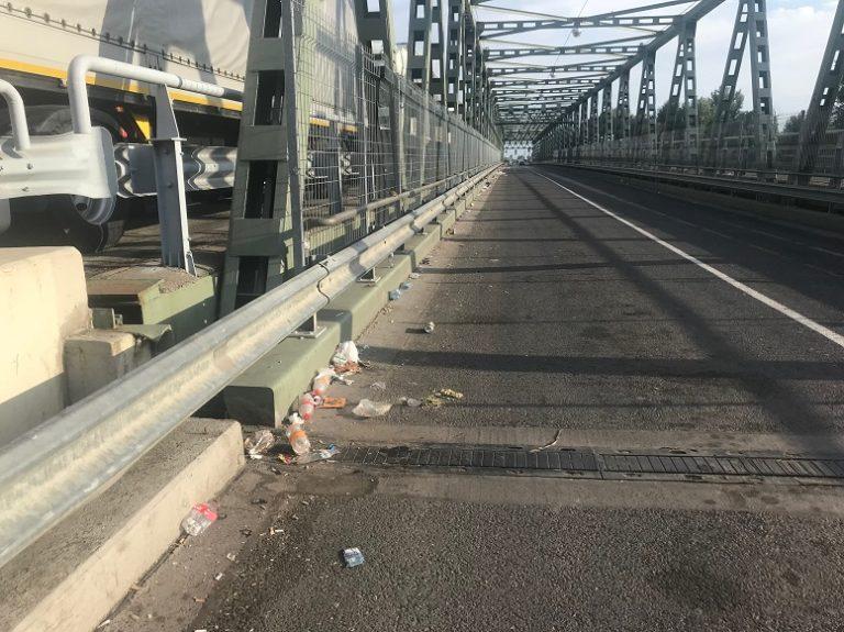 Шлях до кордону з Угощиною на Закарпатті всипаний сміттям (ФОТО)