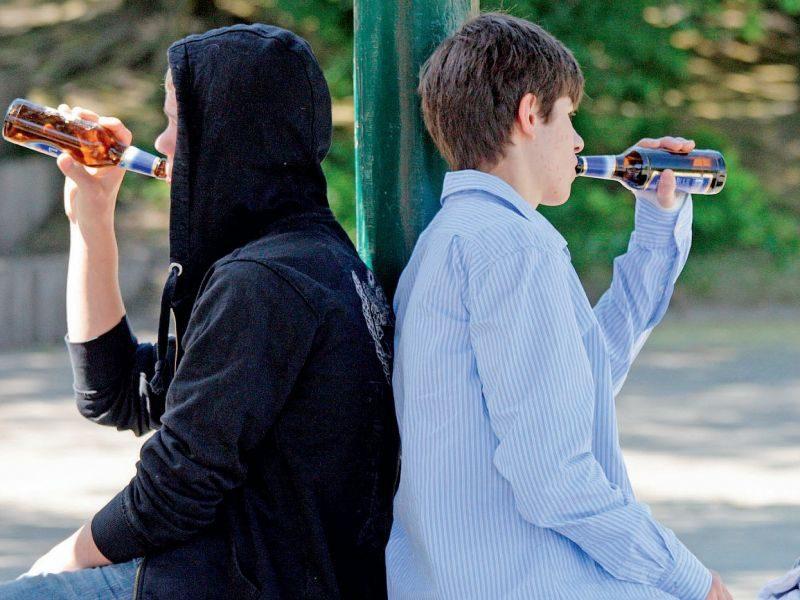Майже половина підлітків України пиячить у когось вдома – опитування