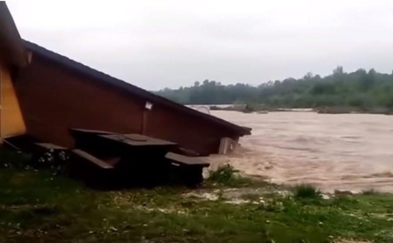 Нестримна стихія: повінь змила колибу в сусідній області (ВІДЕО)