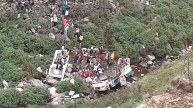 Моторошна трагедія:  пасажирський автобус зірвався в прірву з 213-метрової висоти – 42 загиблих (ФОТО)