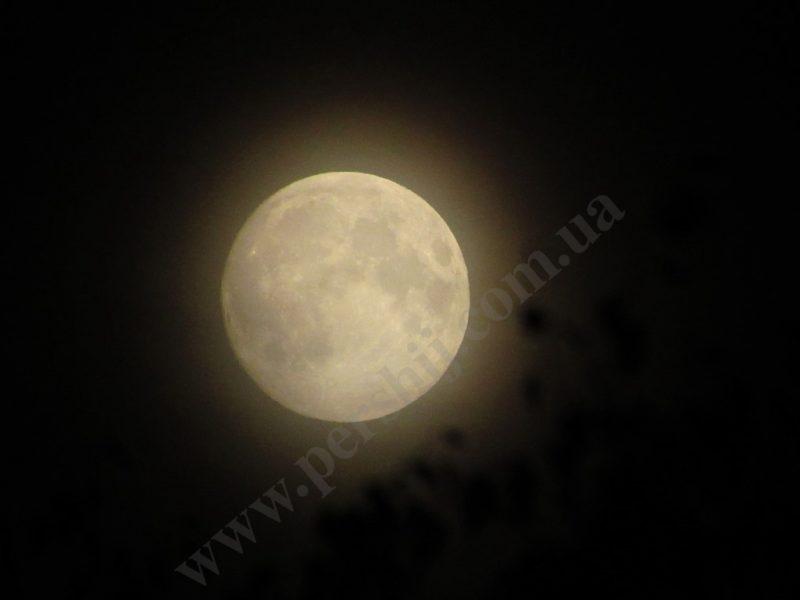 В переддень затемнення століття над Закарпаттям зійшов місяць із неймовірним гало (ФОТО)